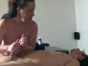 Massaggiatrice italiana esegue massaggi nel suo studio - part.2